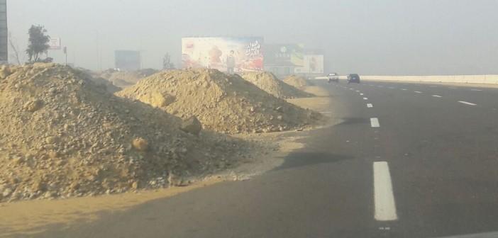 ⚠️ احترس.. أكوام من الرمل ع تهدد سلامة السير عَ الدائري (صور)