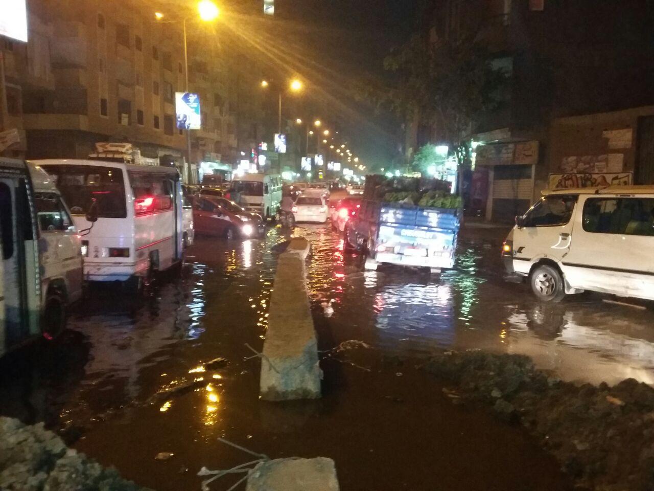 بالصور.. انفجار ماسورة صرف يغرق شوارع في إمبابة.. ويعرقل المرور