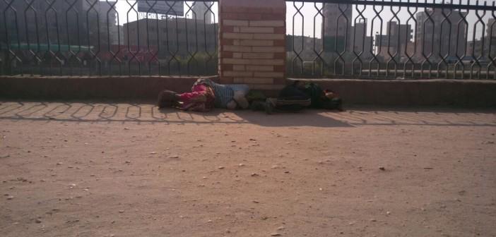 الرصيف لحاف البرد.. أطفال بلا مأوى على أسوار جامعة الزقازيق (صور)