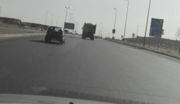 سيارة مخالفة لجمع القمامة تهدد حياة رواد طريق الأوتوستراد (صور)