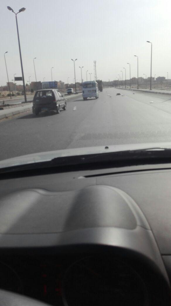 سيارة مخالفة لجمع القمامة تهدد حياة رواد طريق الأوتوستراد