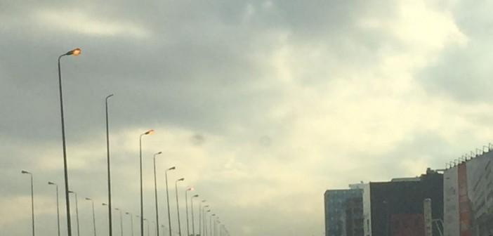 أعمدة محور محمد نجيب بالتجمع الأول مضاءة نهارًا (صور)