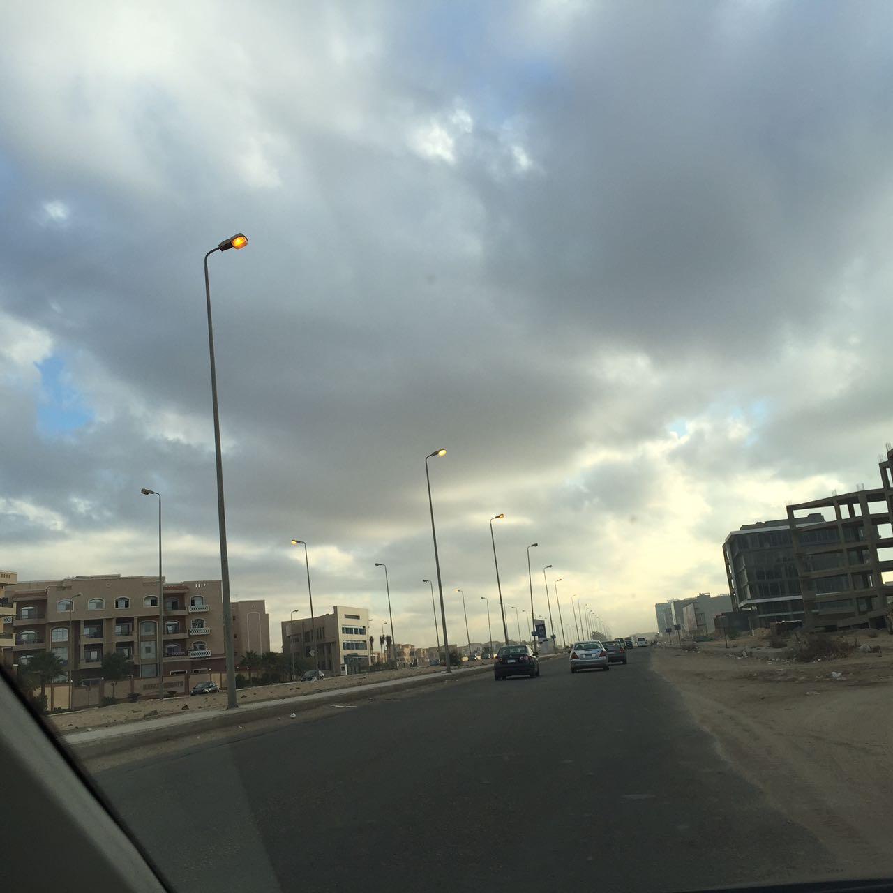 أعمدة محور محمد نجيب بالتجمع الأول مضاءة نهارًا