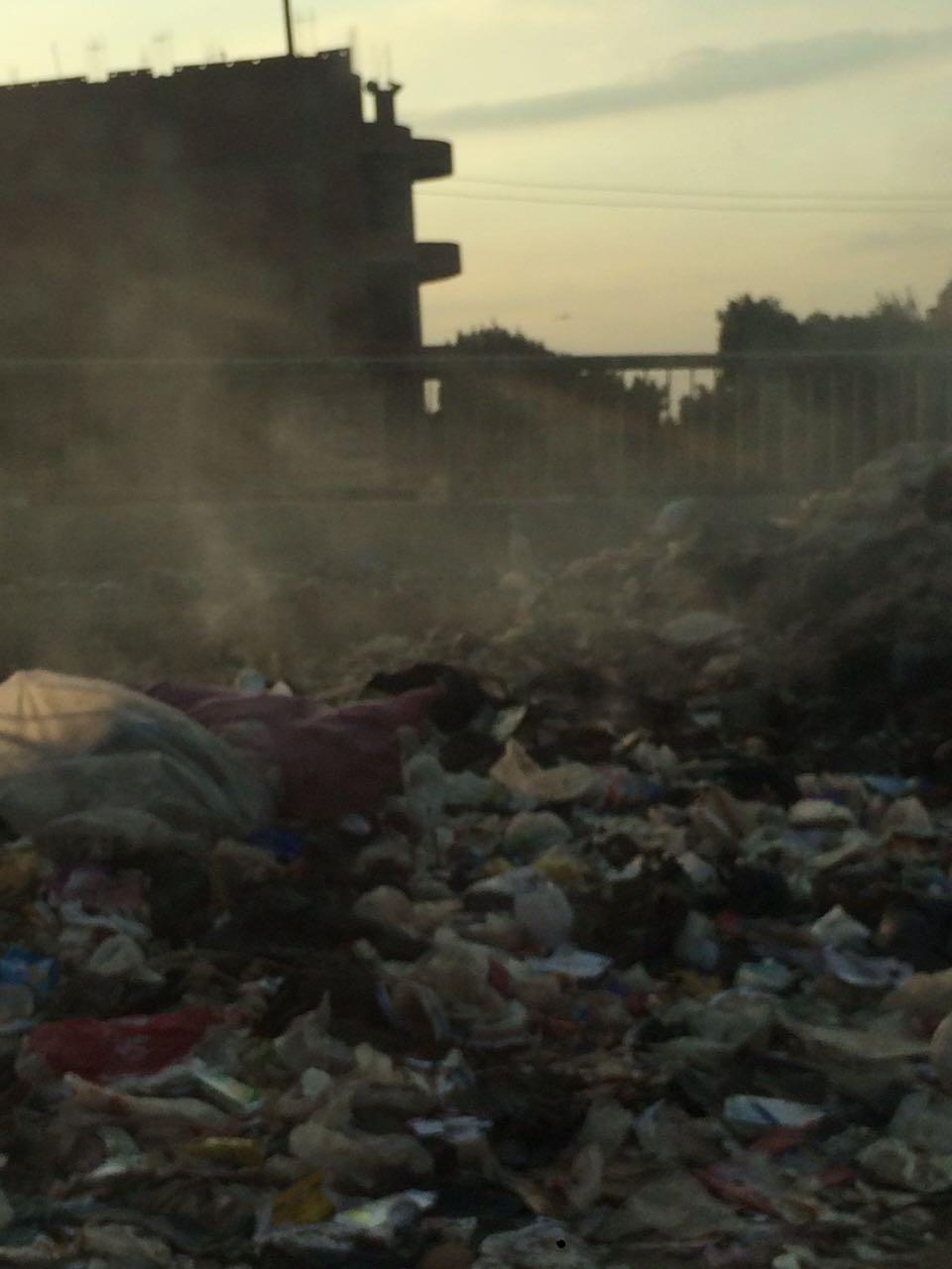 بالصور.. مواطنة ترصد تجمعات كبيرة للقمامة على مطلع صفط اللبن للدائري