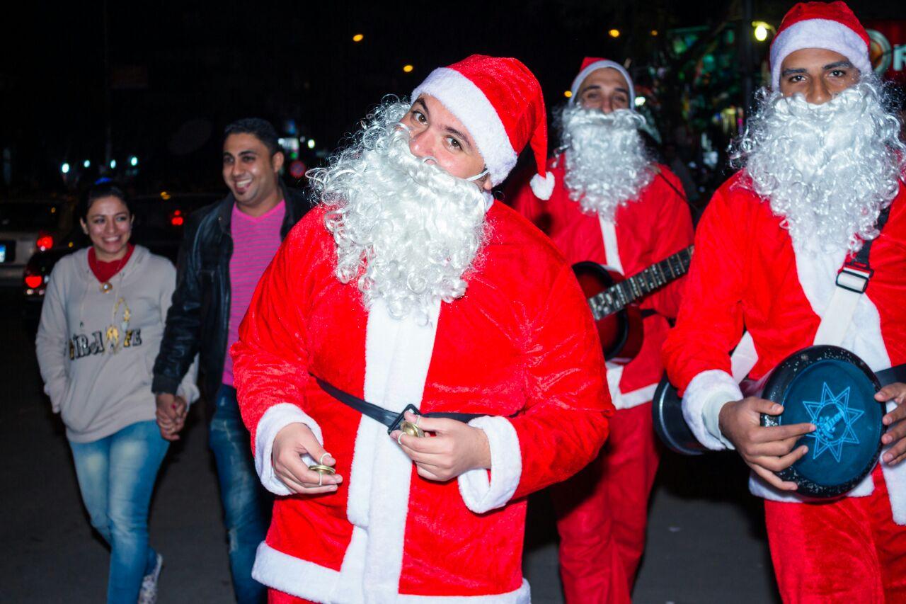 بملابس بابا نويل.. شباب يحتفلون بالكريسماس بتوزيع الهدايا على المارة في شبرا مصر (صور)