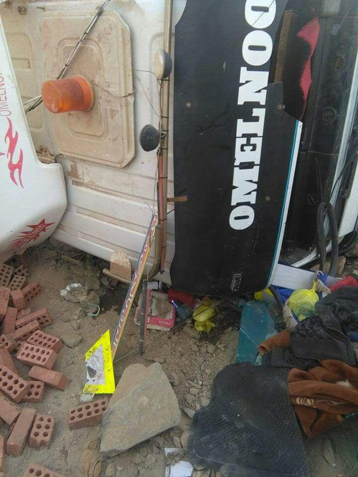 بالصور.. إصابة 2 في انقلاب مقطورة نقل مُحمَلة بالطوب في أسوان