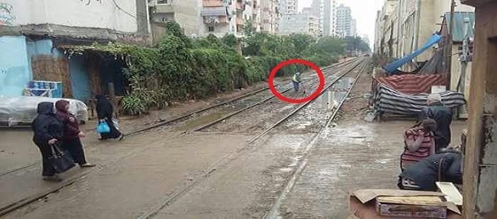 «همة ونشاط» عامل نظافة محطة قطار تلفت الأنظار بالإسكندرية: نقطة مضيئة (صورة)