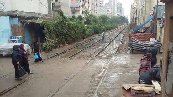 «همة ونشاط» عامل نظافة بمحطة قطار السوق تلفت أنظار مواطني الإسكندرية (صورة)