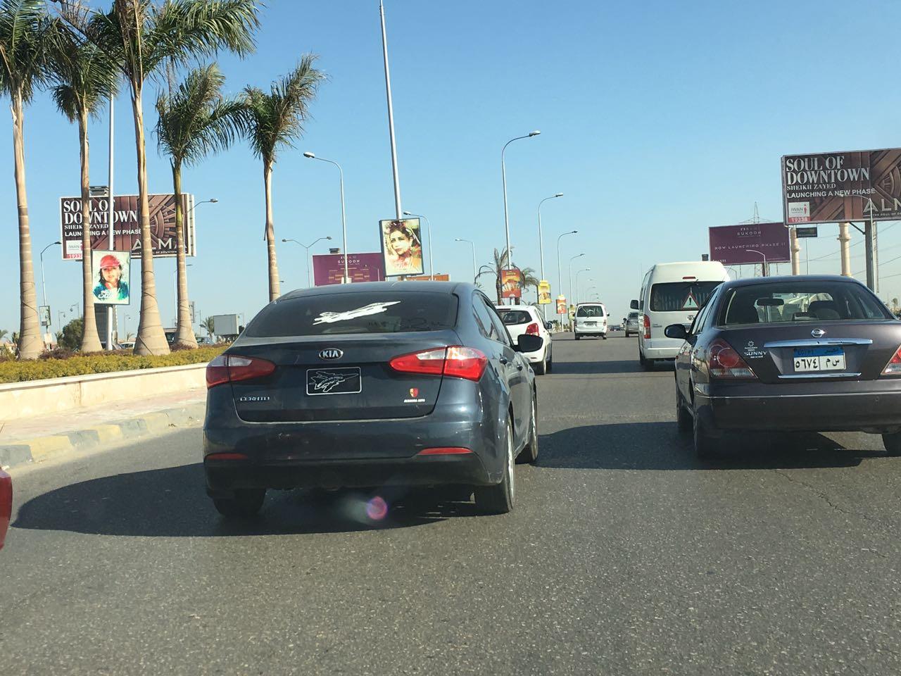 سيارات بلوحات مخالفة تتحرك بحرية بشوارع الجيزة (صور)