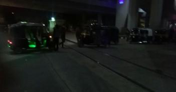 بالصورة.. موقف «توك توك» على قضبان قطارات سندوب