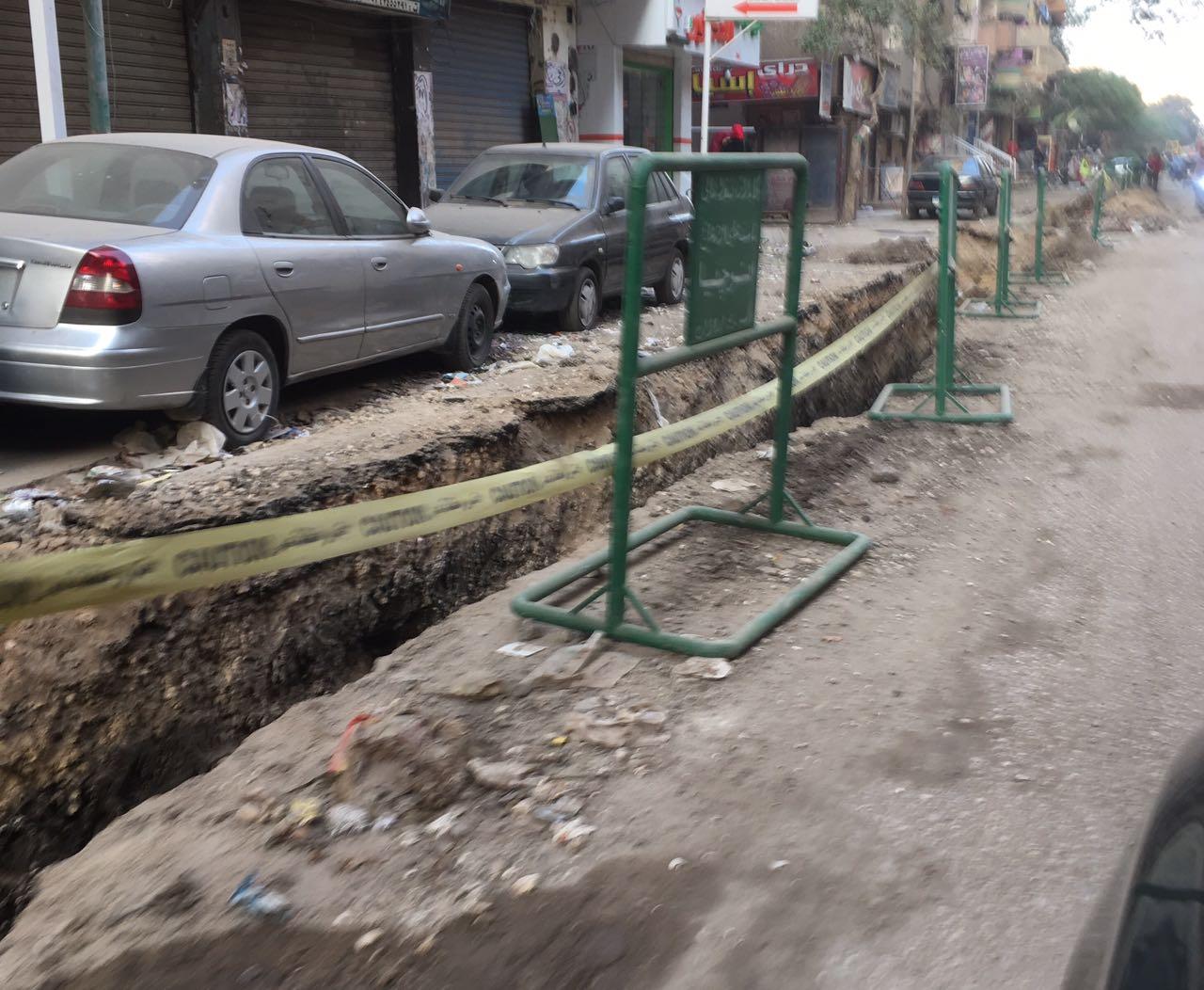 مواطن يرصد أعمال حفر بشوارع العمرانية بعد عام من رصفها (صور)