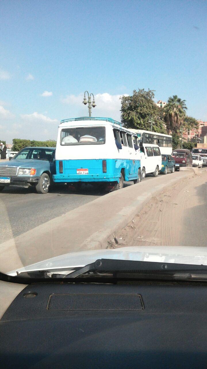 عكس الاتجاه.. ميكروباص يكسر قواعد المرور في مسطرد (صور)