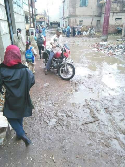 غرق شوارع قرية «اللوية» بالبحيرة في مياه الصرف الصحي (صور)
