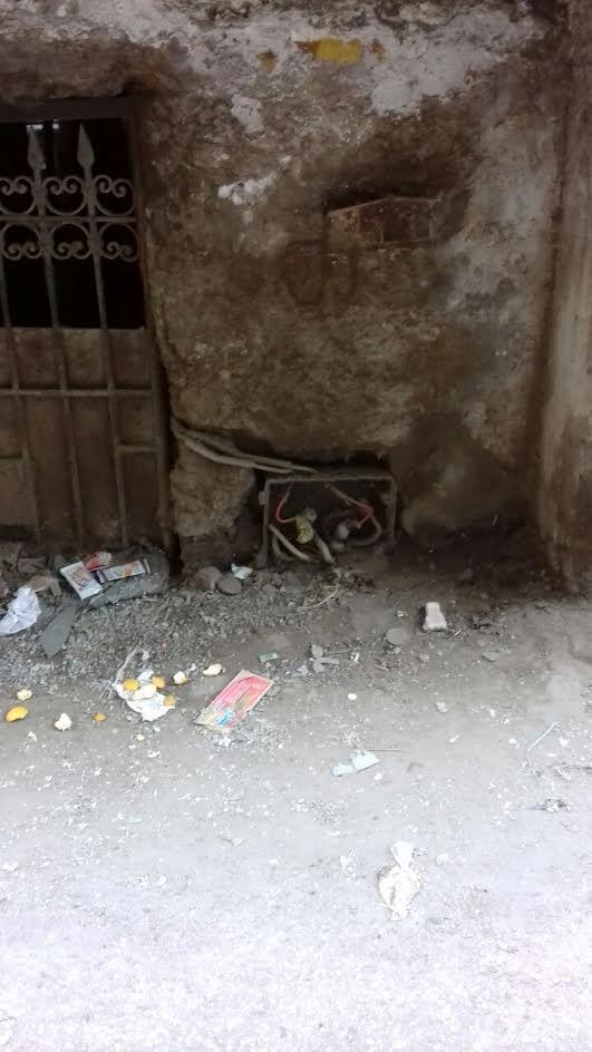 وصلات كهرباء مكشوفة في شوارع البساتين (صور)