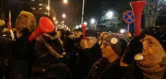 بـ«الفوفوزيلا».. مصري في بولندا يرصد احتجاجات ضد قوانين مُقيدة لحرية الإعلام (صور)