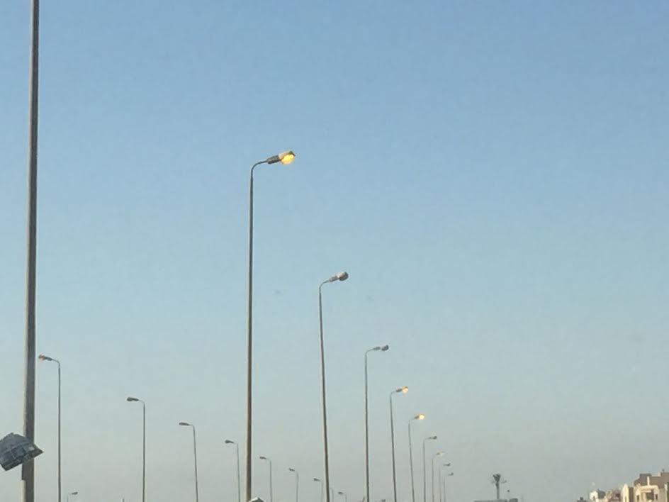 أعمدة الإنارة بمحور محمد نجيب مضاءة في عز النهار (صور)