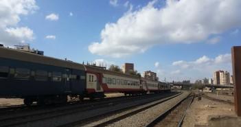 أهالي «أبيس» بالإسكندرية يطالبون بزيادة عدد القطارات بدلاً من إضافة عربتين للقطار (صور)