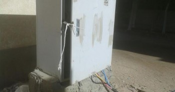 كابل كهرباء مكشوف يثير الذعر بالغردقة: يمكن أن يتسبب في حرائق (صور)