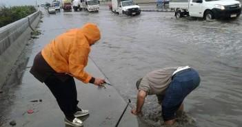 رئيسة قرية «قومبانية أبوقير»  تشارك العمال تنظيف بالوعات الصرف على الطريق الزراعي (صور)