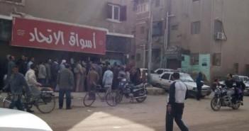 أزمة السكر تتفاقم في محافظة المنيا.. ومواطن: مش لاقيين وبيخلص أول ما يوصل (صور)