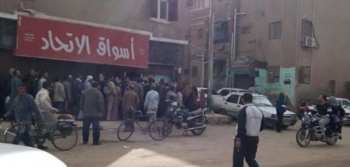 تفاقم أزمة السكر بالمنيا.. ومواطن: «مش لاقينه ويخلص أول ما يوصل» (صورة)