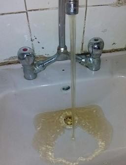 استياء بين أهالي «شنشور» بسبب تغير لون مياه الشرب (صور)