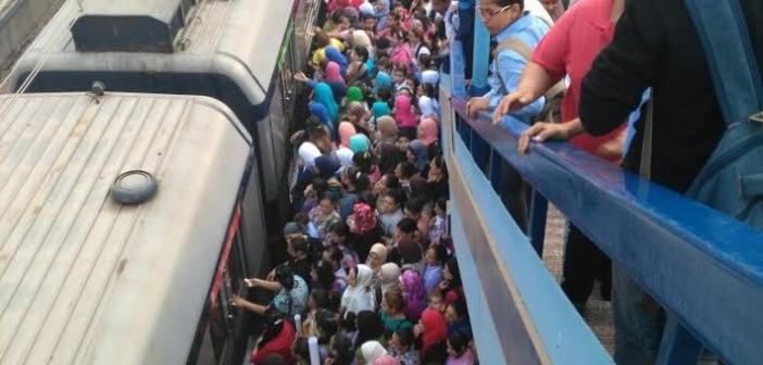 🚇 مشهد يومي مُكرر.. زحام على رصيف محطة عزبة النخل لتأخر المترو (صور)