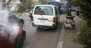 يقودها طفل ولوحاتها مطموسة.. سيارة تسير في شوارع المعادي والمرور غائب (صورة)