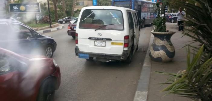 ميكروباص بلوحات مطموسة يتحرك بحرية بشوارع المعادي (صورة)