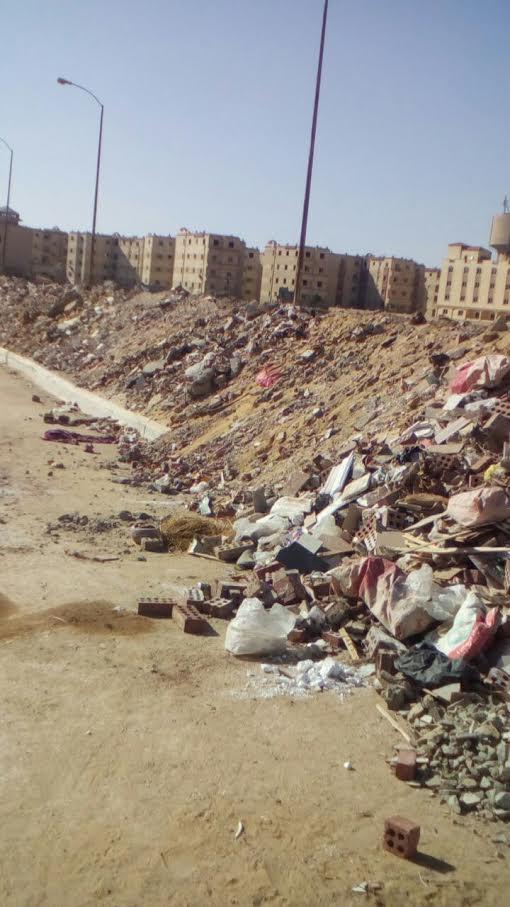 سكان مدينة «6 أكتوبر» يشكون انتشار مخلفات البناء في الطرق الرئيسية (صور)