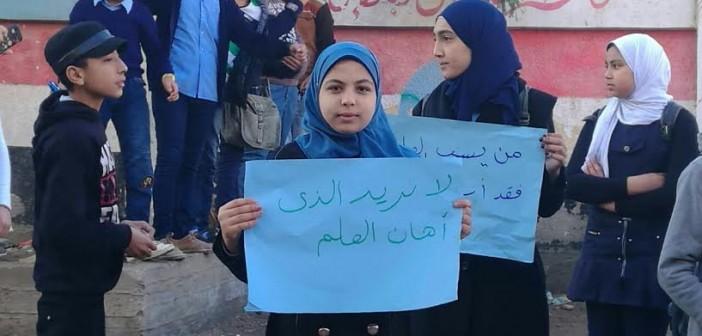 بسبب «تحية العلم».. تلاميذ مدرسة بدمياط يتظاهرون ضد عودة مديرها (صور)