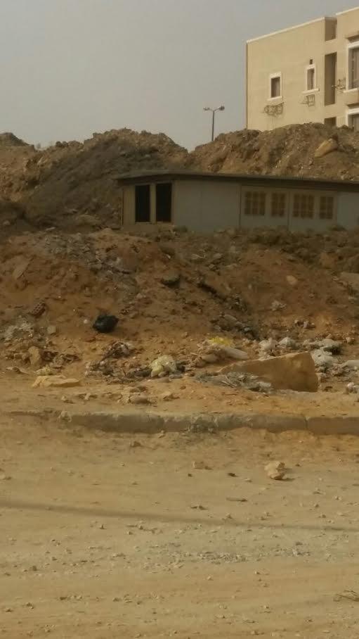 سكان «الشروق» يشكون غياب الأمن وانتشار الحجارة في الشوارع (صور)