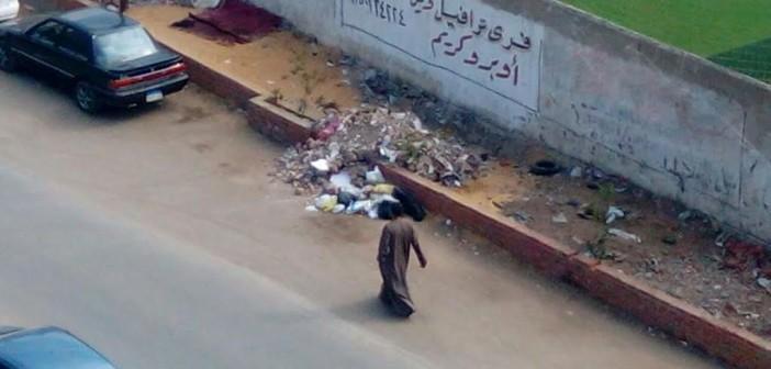 إلقاء القمامة أمام مركز شباب صقر قريش يثير استياء السكان (صور)