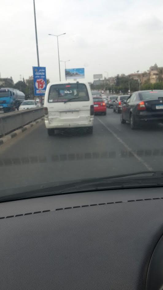 في عز الظهر..سيارة دون لوحات معدنية أعلى كوبري الجلاء (صور)