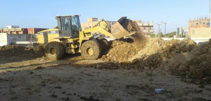 استجابة لـ«شارك».. رفع آثار السيول عن مركز شباب رأس غارب (صور)