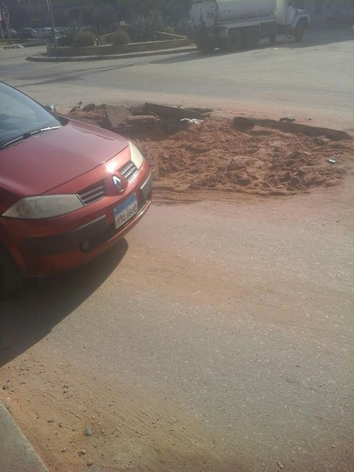 تعطل حركة المرور بأحد شوارع مدينة نصر بسبب ماسورة مياه مكسورة(صور)