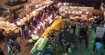 سكان«عين شمس» يشكون انتشار الباعة الجائلين بجوار المترو: لا نستطيع عبور الشارع (صور)