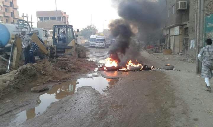 بسبب انقطاع المياه.. أهالي «السماد» بأسوان يقطعون الطريق والأمن ينجح في فتحه (صور)