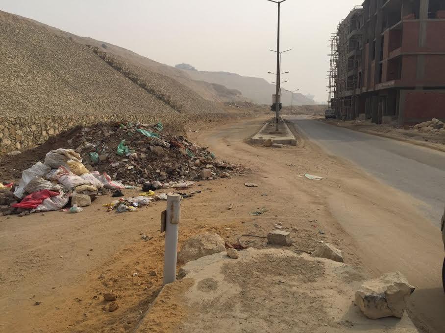 سكان «هضة المقطم» يشكون إهمال الحي: القمامة منتشرة والطرق مُظلمه (صور)