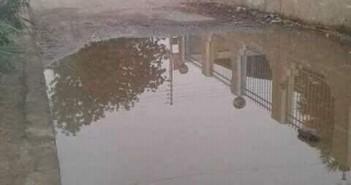 أسوانl طفح مياه الصرف تغلق مدخل المدرسة والوحدة الصحية بقرية «النزل» (صور)