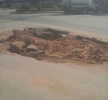 حفر بشارع رئيسي يمدينة نصر تعرقل حركة المرور (صور)