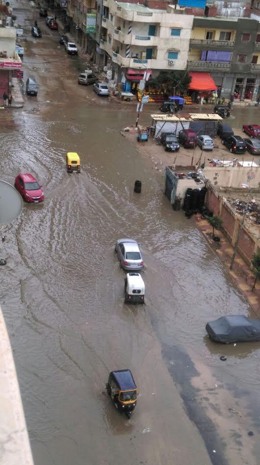 شوارع الإسكندرية غارقة ومواطن: غرفة عمليات المحافظة والحي لا يستجيبون (صور)