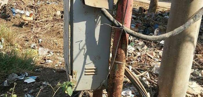 أهالي عزبة «عتمان» بالبحيرة يطالبون بنقل محول كهرباء تحاصره المياه (صور)