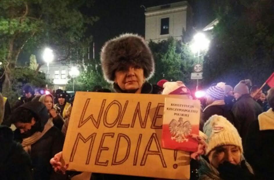 بالصور.. مصري ببولندا يرصد لـ«شارك» احتجاجات الآلاف اعتراضاَ على القوانين المقيدة للإعلام