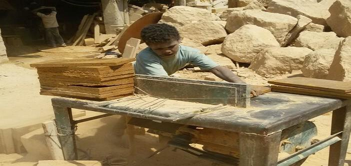 بالصور.. أطفال صغار يعملون في تقطيع رخام شق الثعبان