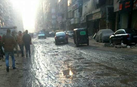 صور | غرق دائم شارع جمال عبدالناصر في الوحل والصرف.. ومواطن: «اتهرينا»