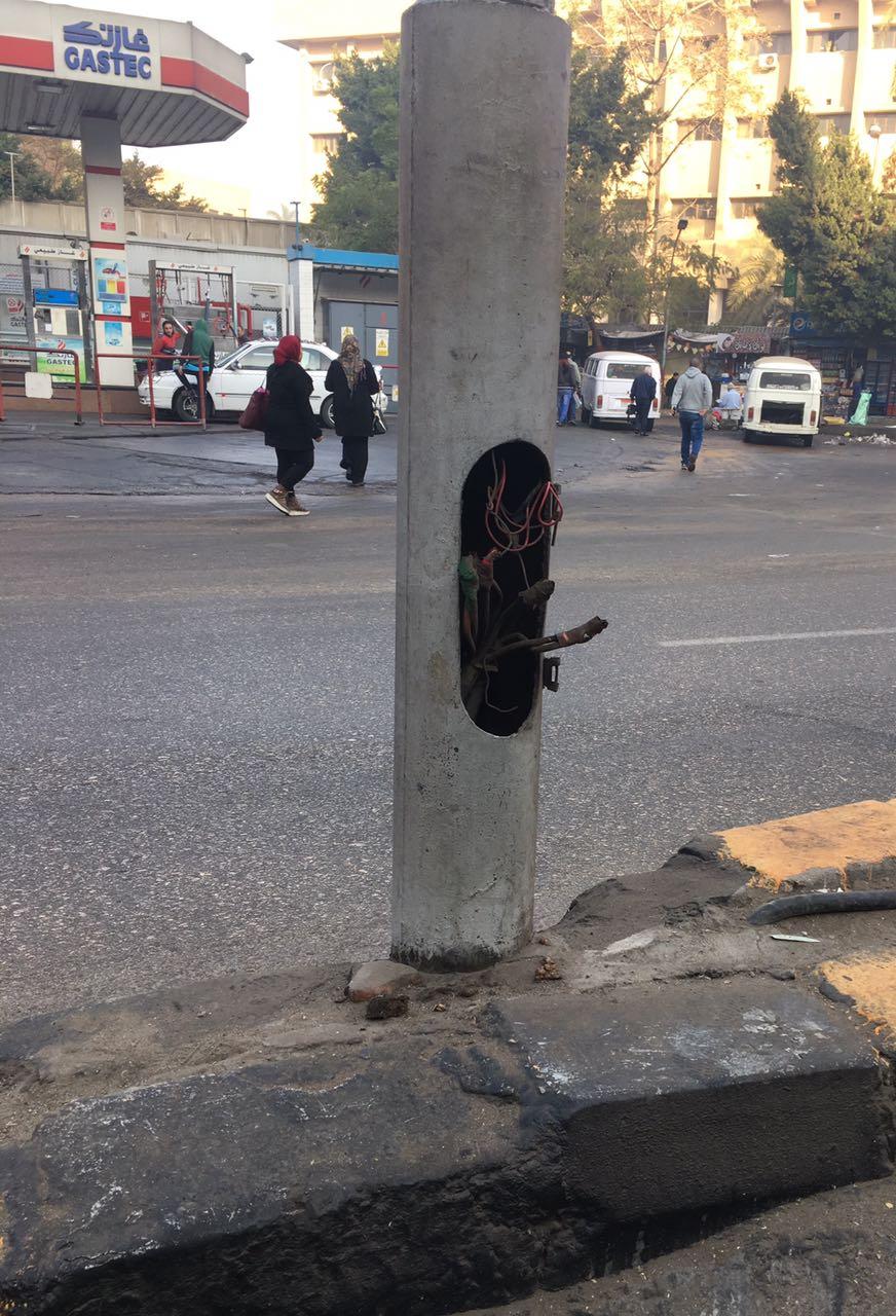 صور.. مواطن يرصد وصلات كهرباء مكشوفة بأعمدة الإنارة في ميدان الجيزة وشارع مراد