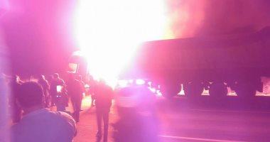 بالفيديو..حريق بسيارة محملة بالبنزين وأخرى ملاكى فى الشرقية