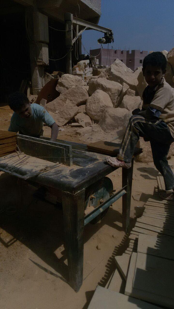 أطفال صغار يعملون في تقطيع رخام شق الثعبان
