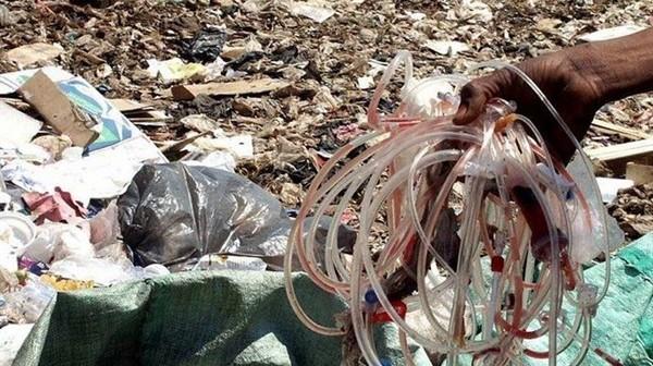 أهالي «ترعة الساحل» في باسوس: 3 مصانع بلاستيك تستخدم نفايات خطرة تهدد حياتنا
